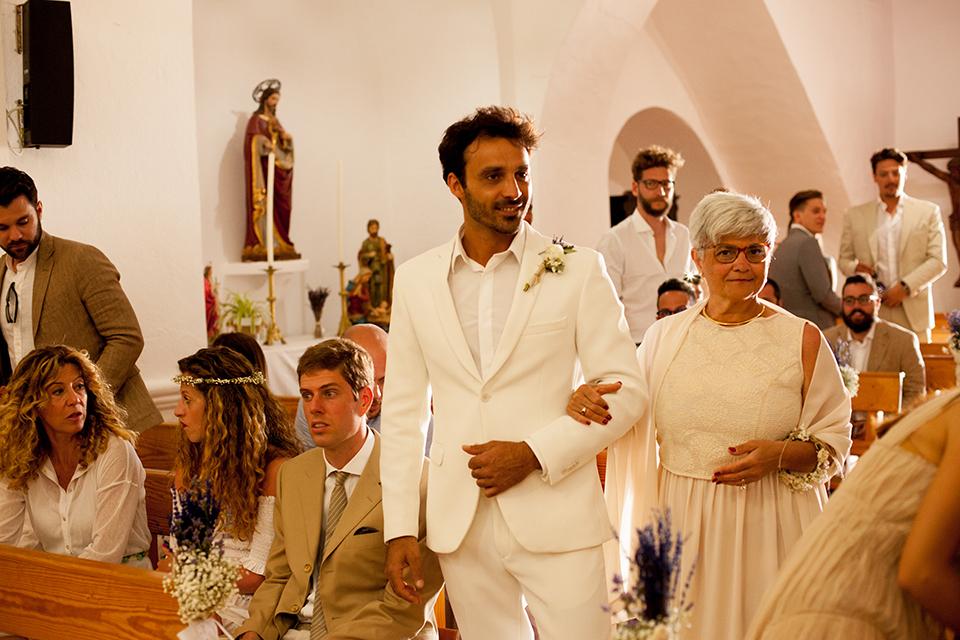 novio boda en formentera migjorn boda en la iglesia de San francesc