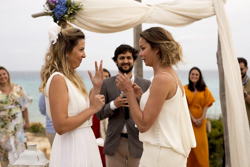 Ceremonia en el 10.7 Migjorn Formentera boda lésbica playa